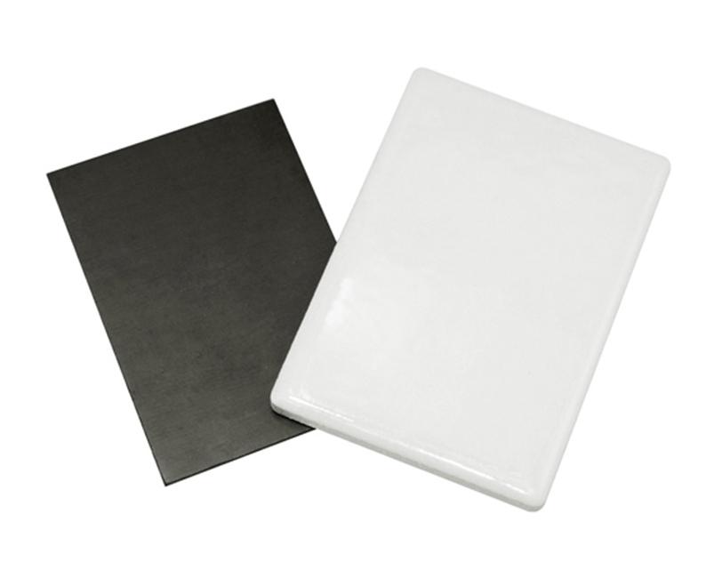 Правоъгълен керамичен магнит с размер 7х5х0,3см.