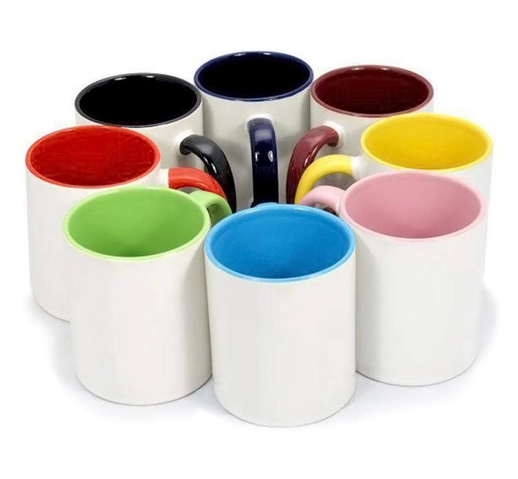 Бяла чаша с цветна вътрешна част и дръжка