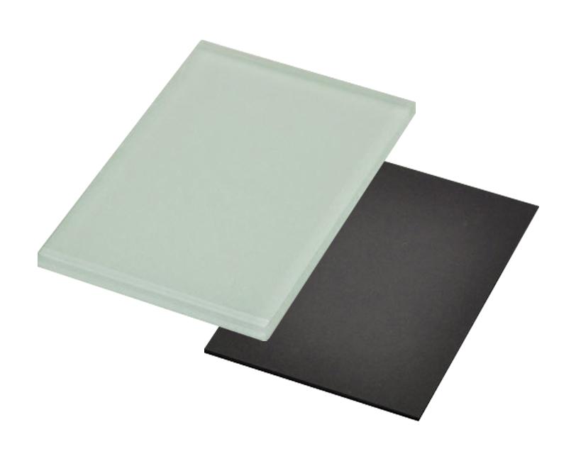 Правоъгълен стъклен магнит с размер 7х5см.
